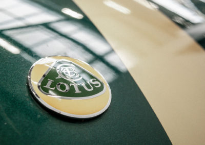 Louts Elise S1 VVC MMC grün metallic mit goldenen Race Streifen Detail Lotus Logo