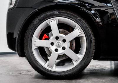 Opel Speedster schwarz Detail Reifen und Felge