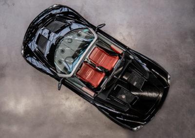 Opel Speedster schwarz von oben fotografiert Cabrio mit roten Sitzen